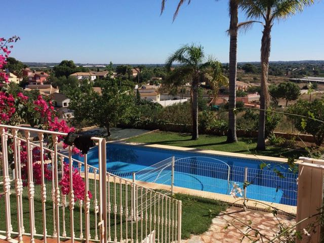 Lovely views and lots of space in this La Pobla de Vallbona Property for 220k